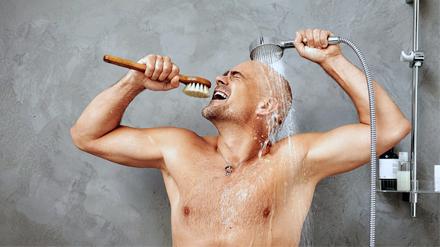 мужчина моется под душем
